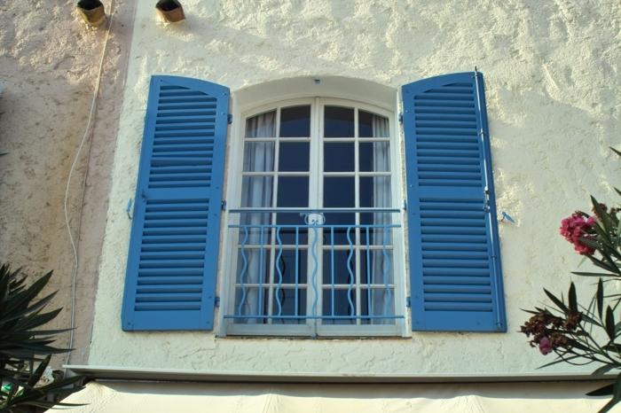 Haus-mediterraner-Stil-Fenster-exotische-Blumen-blaue-Fensterläden