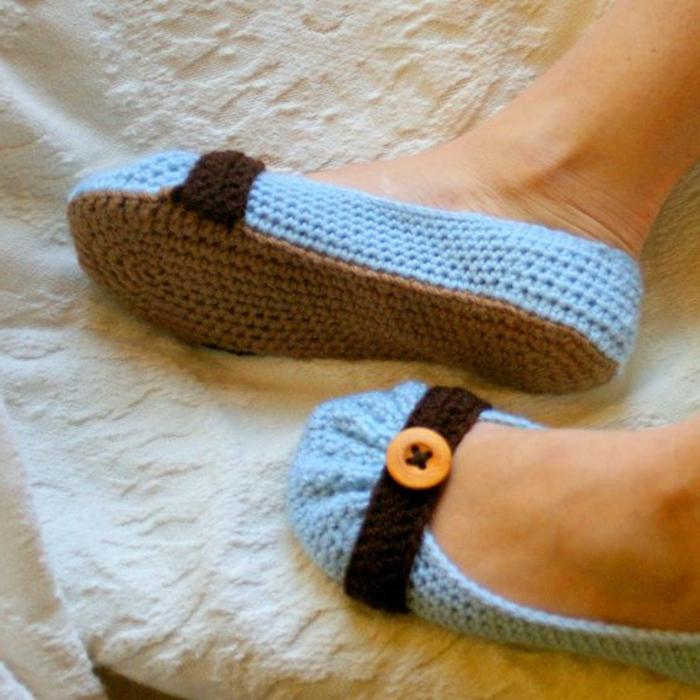 Hausschuhe-Damen-Crochet-Modell-Knopf-Dekoration-blaue-Farbe