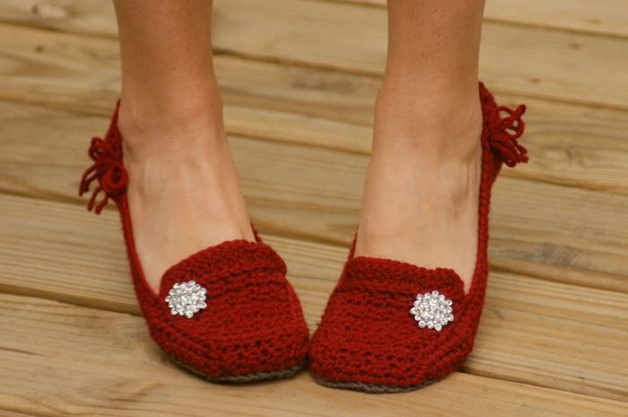 Hausschuhe-Damen-handgemachtes-gestricktes-Modell-rot-glitzernde-Dekoration
