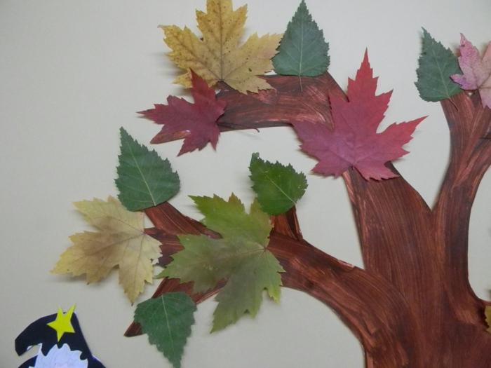 Herbstbasteln-mit-Kindern-baum-mit-bunte-blätter