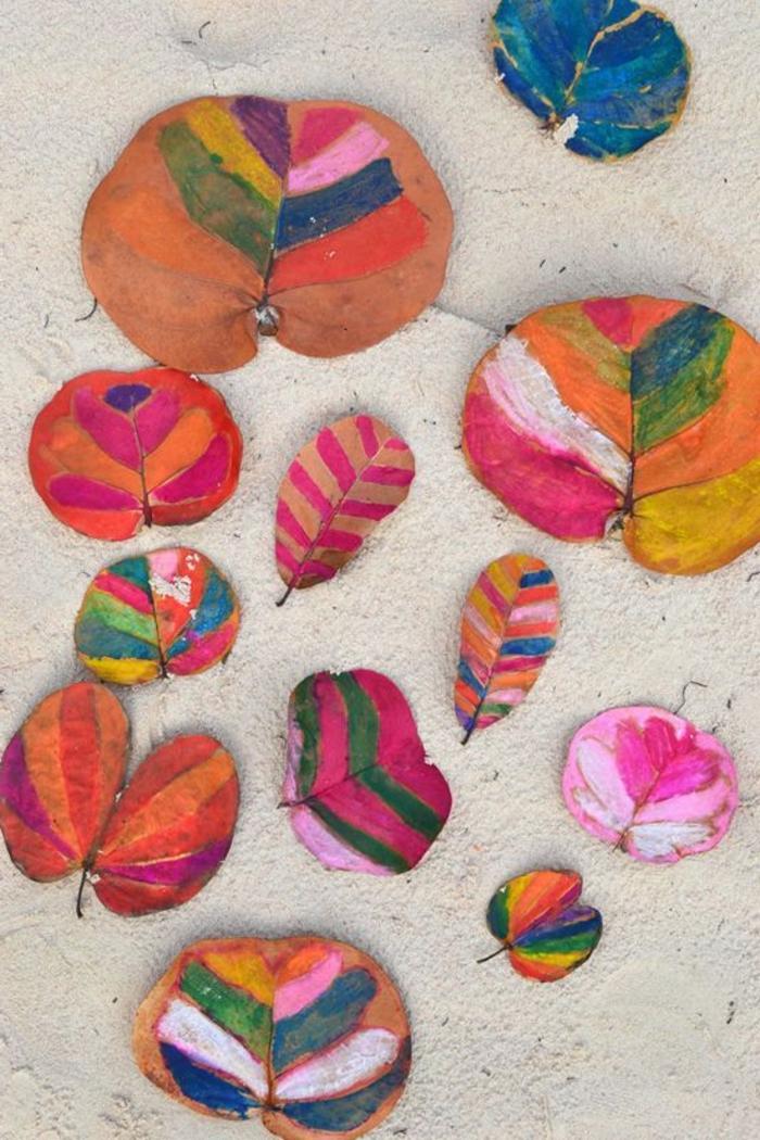 Herbstbasteln-mit-Kindern-bemalte-einzelne-Blätter