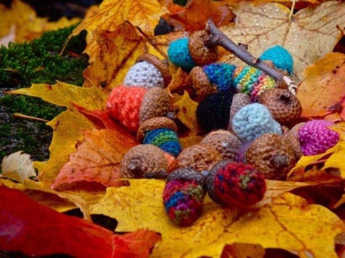 Herbstbasteln-mit-Kindern-gestichtene-eichel-auf-blätter
