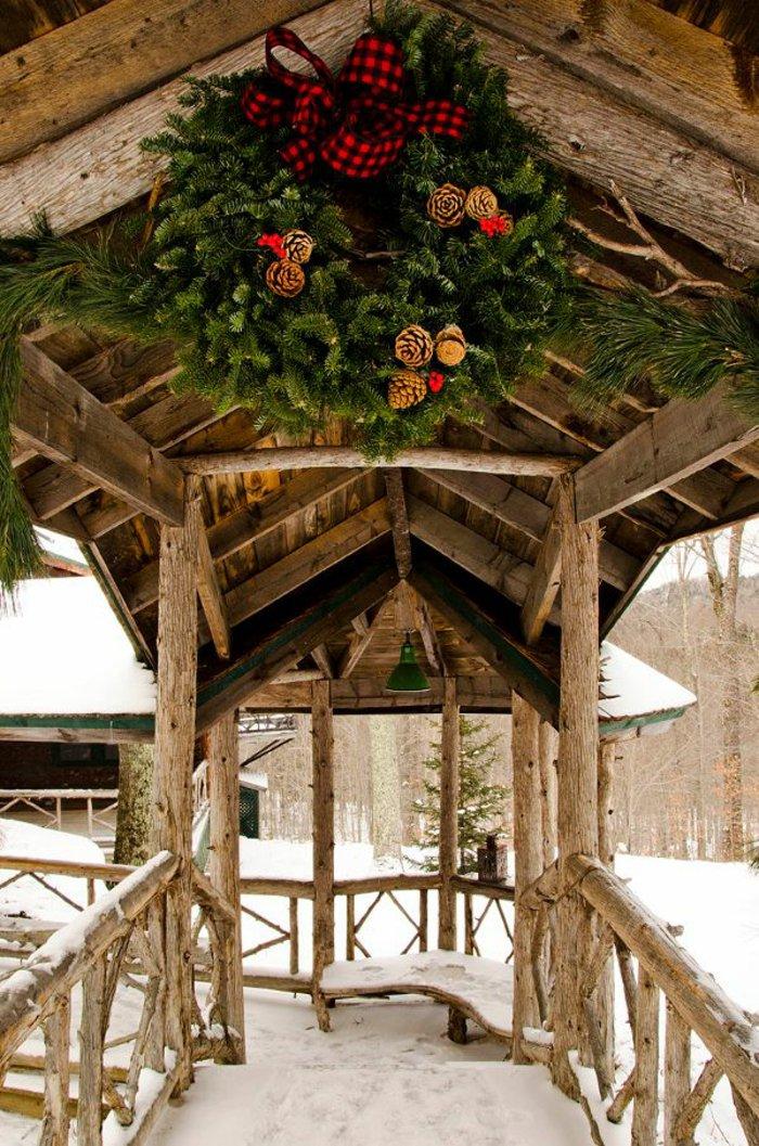 Hof-hölzerne-Konstruktion-weihnachtlich-dekorieren-Erlenzweige-Zapfen