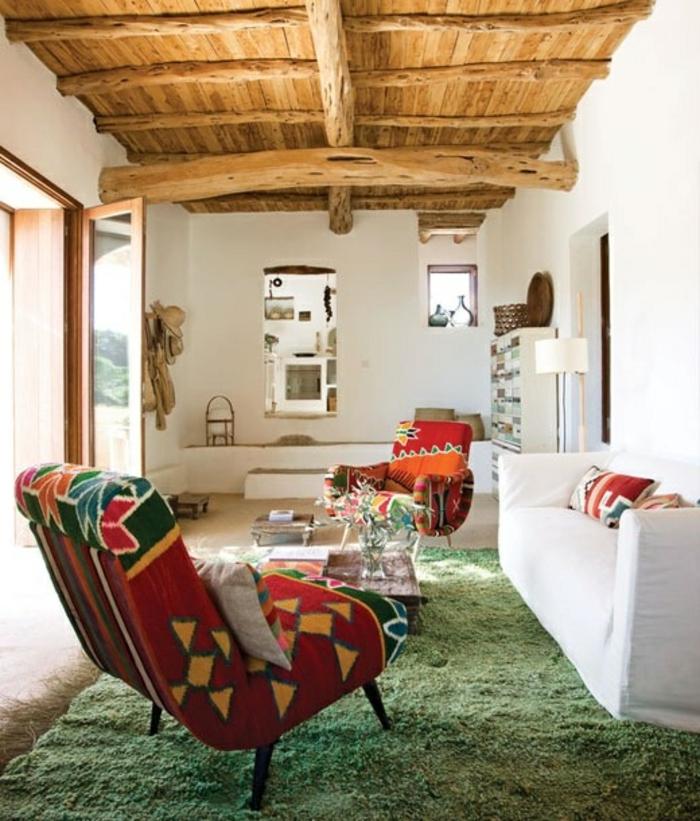 Ibiza-Wohnung-Boho-Stil-Sessel-weißes-Sofa-Dekoration-hölzerne-Zimmerdecke