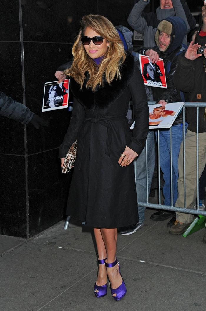 Jennifer-Lopez-schwarzer-Mantel-Pelzkragen-lila-Schuhe