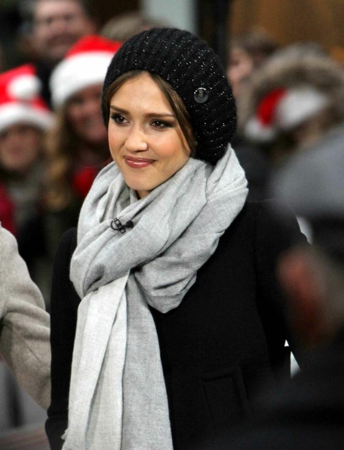 Jessica-Alba-schwarzer-Wintermantel-Damen-Mütze-graues-Halstuch