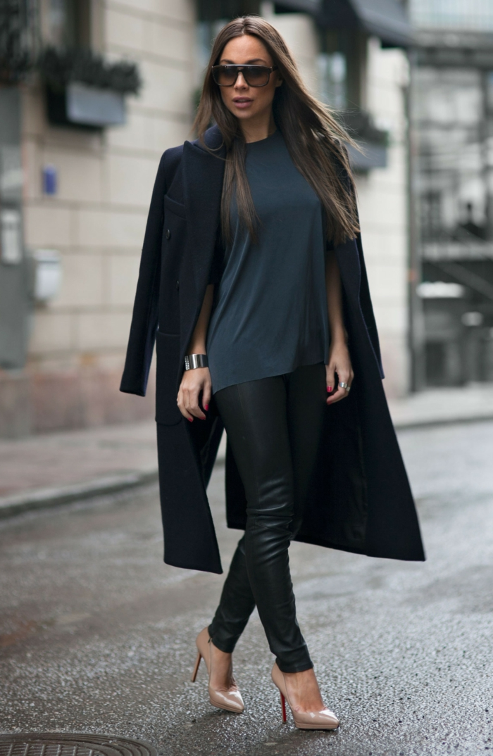 Johanna-Olsson-langer-Mantel-Damen-schwarz-elegant-Schuhe-Körperfarbe