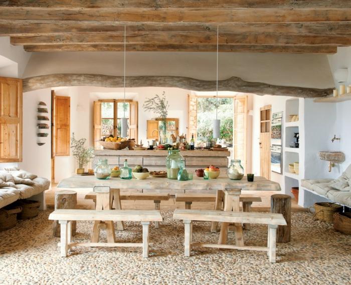 Küche-Esszimmer-moderne-Landhausmöbel-Esstisch-Bänke-Kochinsel-Essen-Früchte-hängende-Leuchten-räumliche-Villa