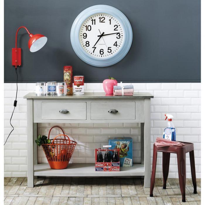 Küche-graue-Gestaltung-rote-Lampe-Wanduhr-modern