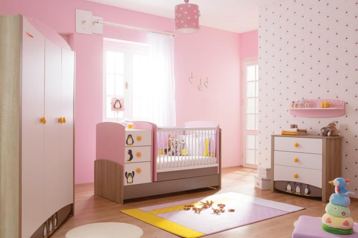KInderzimmer-Schrank-Pinguin-Motive-Babybett-Schubladen-Kommode-Regal-rosa-Wände-kokette-Leuchte