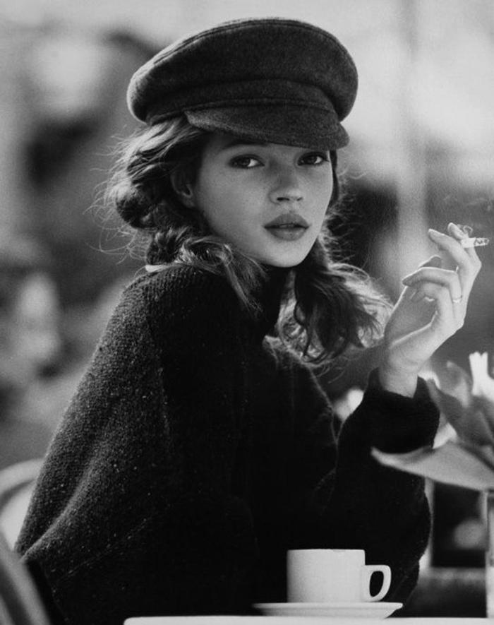 Kate-Moss-Supermodell-Barett-Mütze-Zigarette-Kaffee-schick-schön
