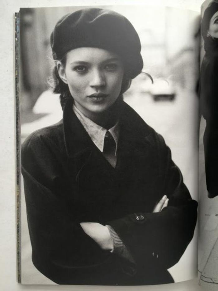 Kate-Moss-retro-foto-schwarz-weiß-klassische-Kleidung-Barett-französischer-hut