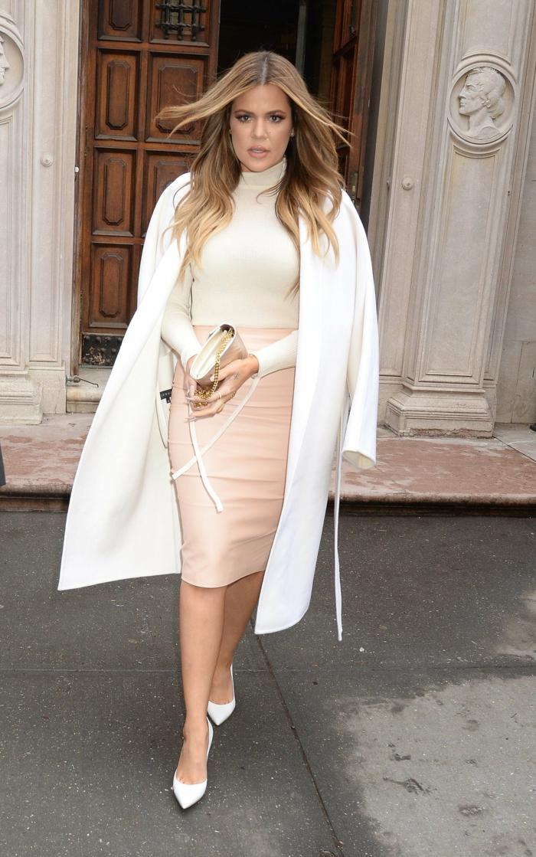 Khloe-Kardashian-Mantel-elegantes-Modell-weiße-Schuhe-Absatz-Lederrock