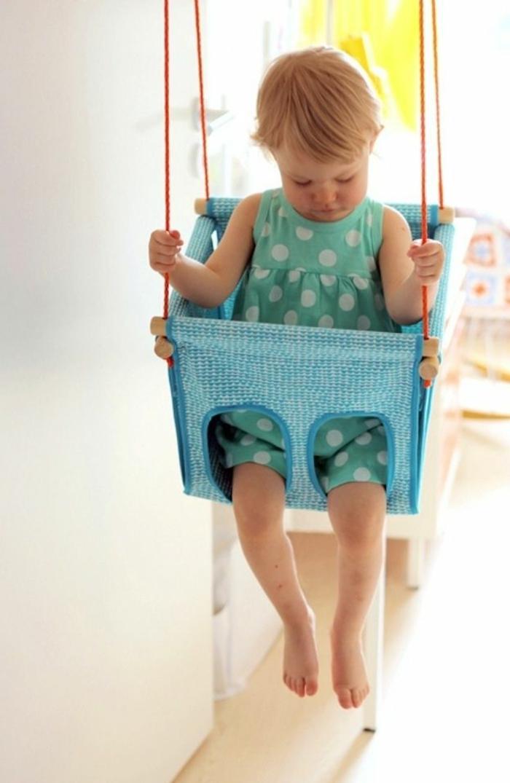 Kinderschaukel-für-kleinkind-aus-blau-stoff
