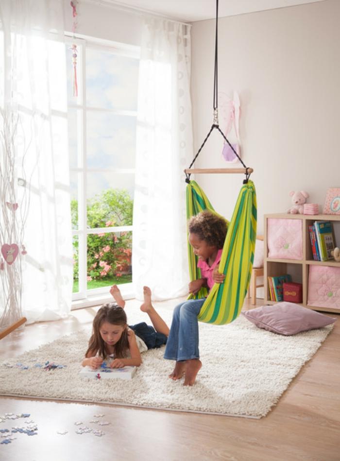 Kinder schaukel-und-hängematte-im-kinderzimmer