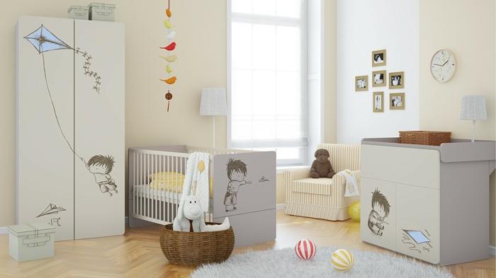 Kinderzimmer-Schrank-Möbel-Set-Creme-Farbe-Babybett-Mobile-feines-Design-Rattankorb-Sessel-Streifen