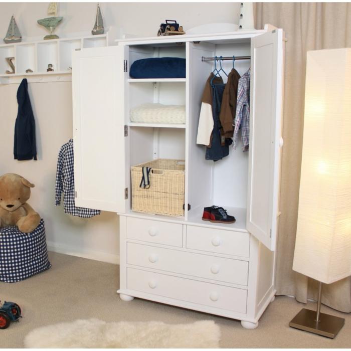 Kinderzimmer-Schrank-Schubladen-Kleider-Rattankorb-Stehlampe-attraktives-Design-großes-Plüschtier