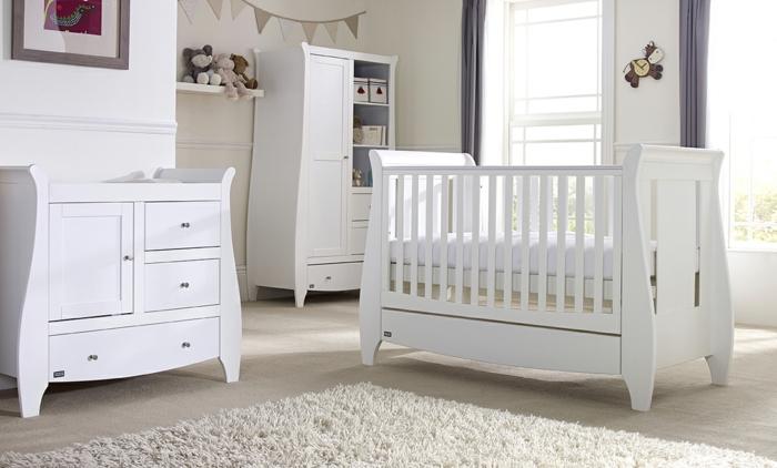 Kinderzimmer-Schrank-elegantes-Design-Babybett-Kommode-weiß-süße-Wanduhr-Plüschtiere-flaumiger-beige-Teppich