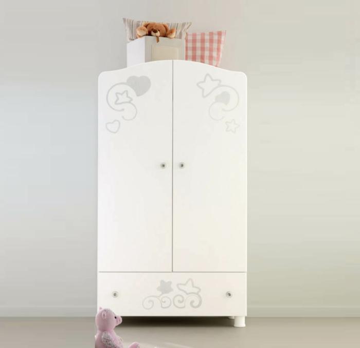 Kinderzimmer-Schrank-italienisches-Design-weiß-silberne.Stern-Dekoration-Kissen-süße-Plüschtiere