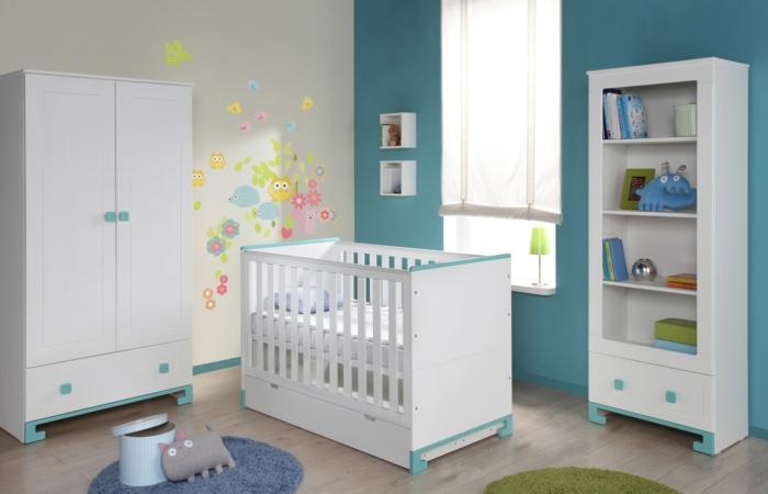 Kinderzimmer-Wände-türkis-Farbe-weiße-Möbel-türkis-farbige-Elemente-lustige-Wandtattoos