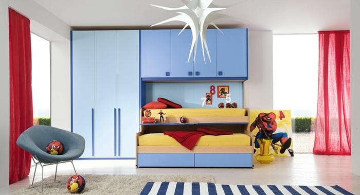 Kinderzimmer-für-Jungen-Spiderman-Motive-blauer-Kleiderschrank-rote-Vorhänge-Streifen-Teppich
