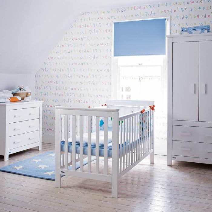 Kinderzimmer-für-Jungen-blaue-Elemente-Wände-Ziffern-Buchstaben-Zeichnungen-weiße-Möbel-eleganter-Kleiderschrank