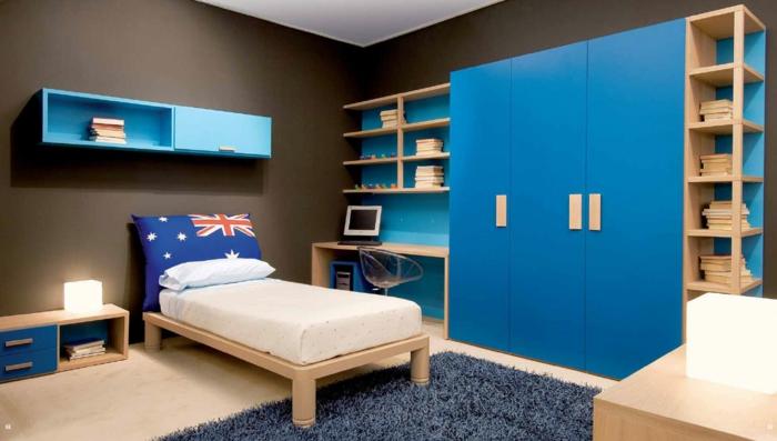 Kinderzimmer-für-Jungen-großer-Kleiderschrank-Regale-Bücher-blau-kleines-Bett-flaumiger-Teppich
