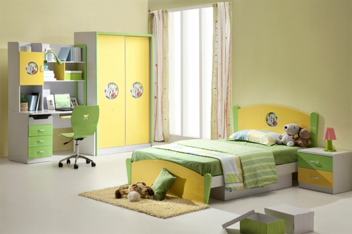 Kinderzimmer-frische-Farben-gelb-grün-Plüschtiere-Kliederschrank-schreibtisch-bunte-Gardinen