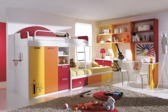 Kinderzimmer-grelle-Farben-rot-orange-gelb-Hochbett-Schränke-originelles-Design-Schreibtisch-weiße-Stühle-Gitarre