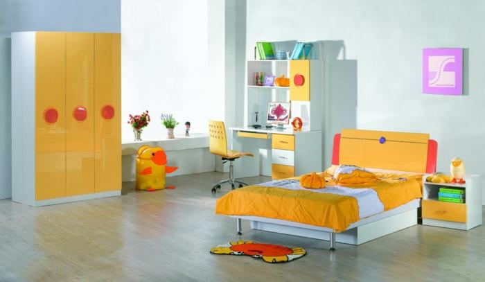 Kinderzimmer-grelle-warme-Farbschemen-großes-Bett-Schreibtisch-Regale-Designer-Stuhl-Kleiderschrank-interessantes-Modell