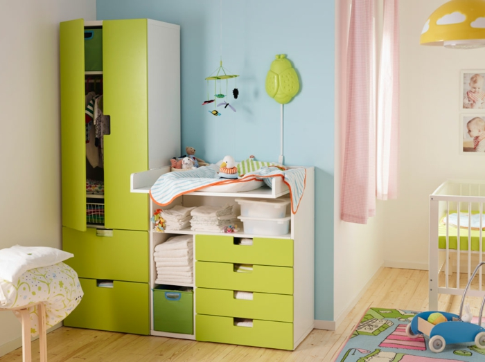 Kinderzimmer-grische-Farbschemen-Kleiderschrank-Schubladen-Babybett-rosa-Gardinen-gelbe-Leuchte-Mobile