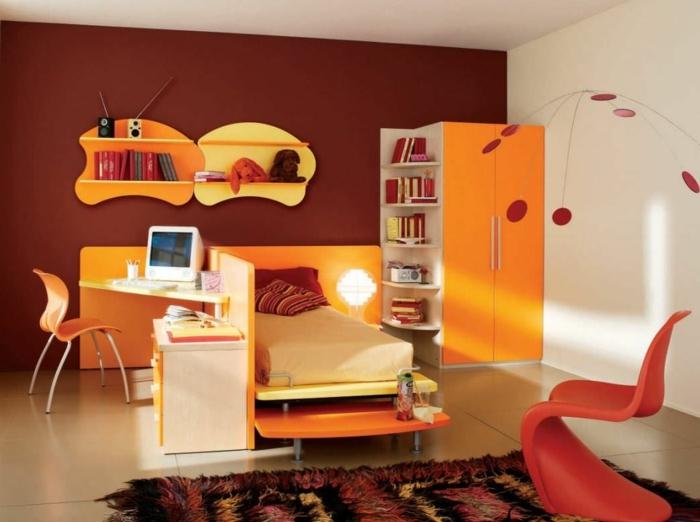 Kinderzimmer-orange-rote-Farbschemen-Kleiderschrank-Bett-Regale-flaumiger-Teppich-roter-Designer-Stuhl