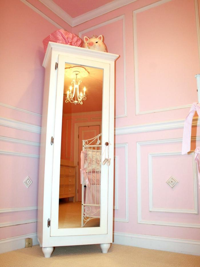 Kinderzimmer-rosa-Wände-aristokratisches-Interieur-Schrank-Spiegeltür-eleganter-Kronleuchter