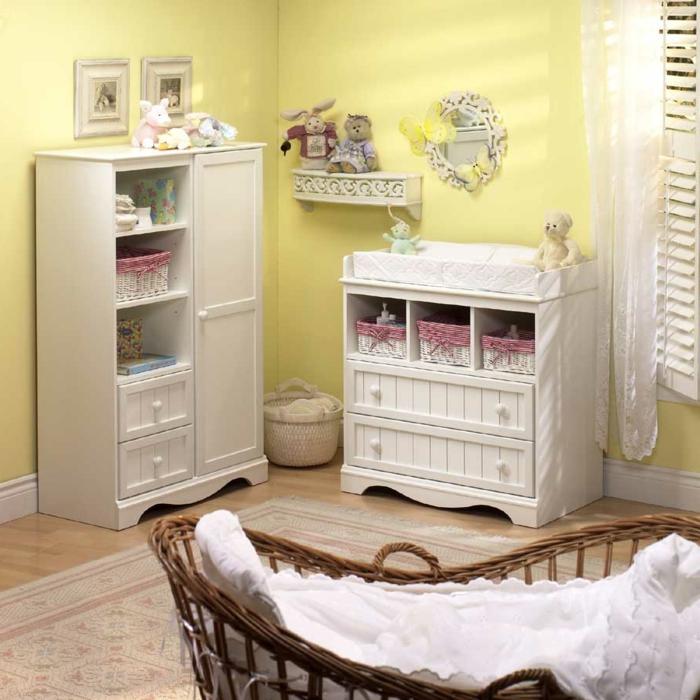 Kinderzimmer-shabby-chic-Gestaltung-Rattanbett-weiße-Kommode-Rattankörbe-Plüschtiere-Spiegel-Regal-Kleiderschrank-Bilder