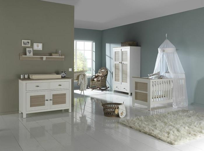 Kinderzimmer-skandinavisches-Design-Babybett-Baldachin-Rattakorb-Schrank-Kommode-weiß-braun-Cappuccino-Wände-Regal-Schaukelstuhl-flaumiger-Teppich-gemütlich