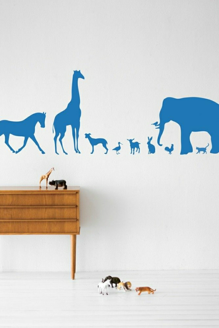 Kinderzimmer-weiße-Wände-blaue-wandtattoos-Waldtiere-Dschungel
