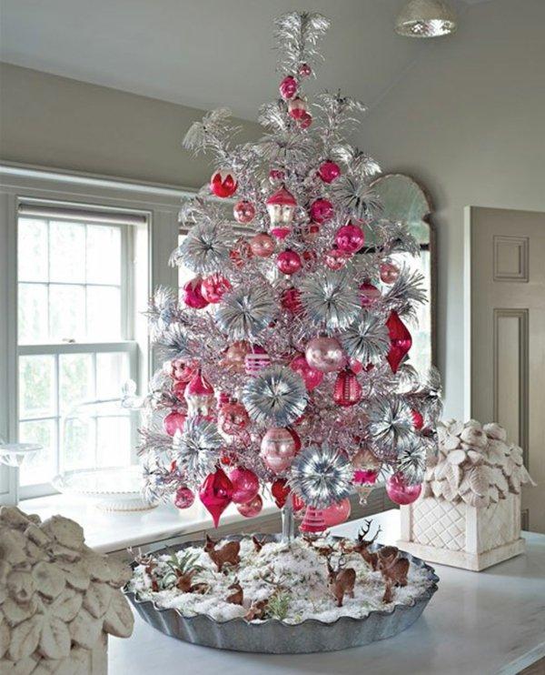 Kuchen-dekorativer-kleiner-weihnachtsbaum-künstlich-rosa-silberner-Schmuck