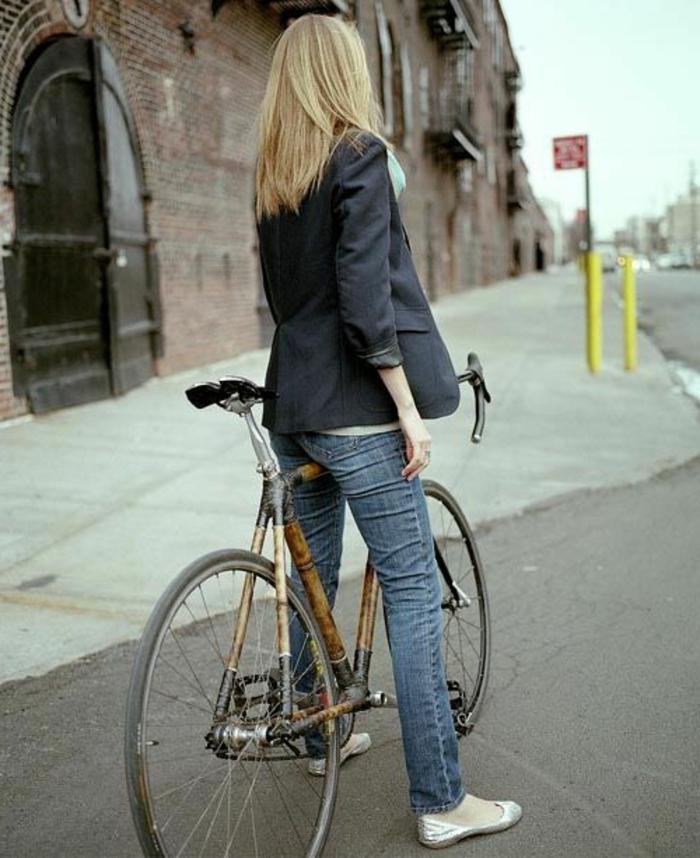 Mädchen-Fahrrad-Straße-Spaziergang-Bambus-Rahmen