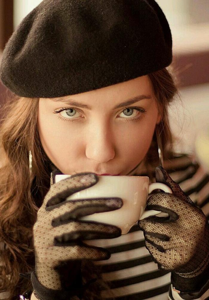 Mädchen-Handschuhe-Spitze-Kaffeetasse-schwarzes-Barett-Mütze-französischer-Stil