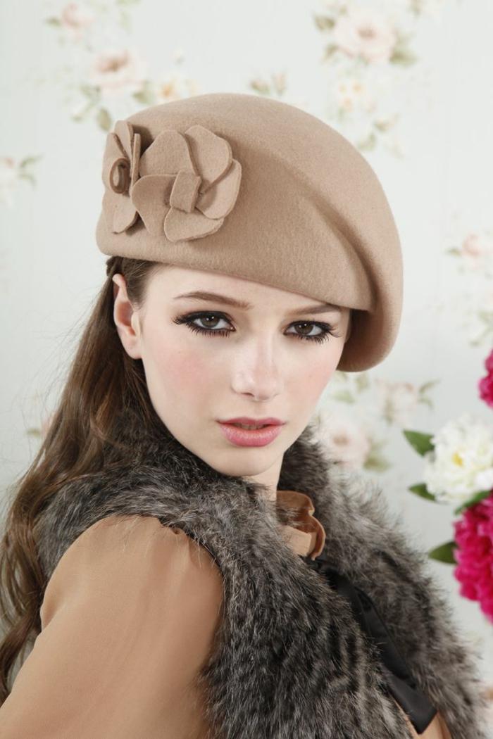 Mädchen-Modell-Barett-mütze-Cappuccino-Farbe-dekorative-Blumen-schick-französische-Mode