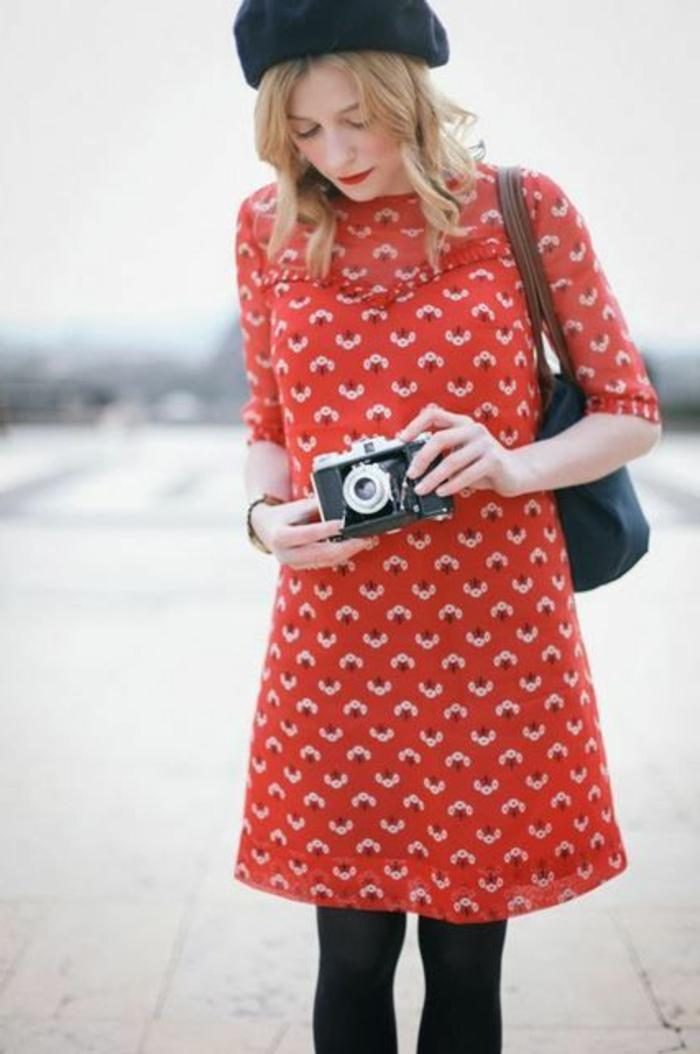 Mädchen-französischer-Schick-rotes-Kleid-schwarzes-Barett-Mütze-klassisches-Modell-Camera