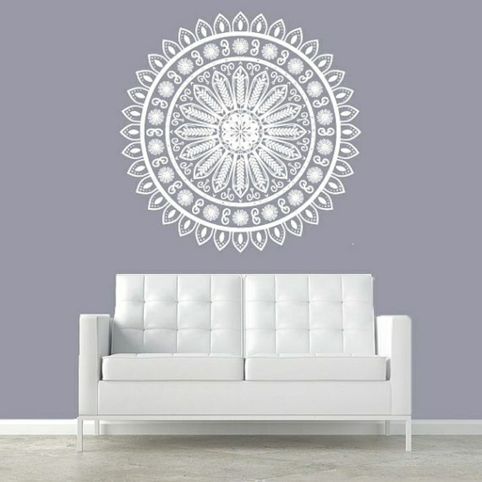 Mandala-Wandtattoo-lila-Wand-weißes-Sofa