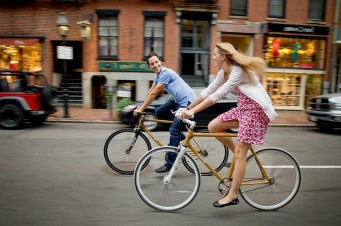 Mann-Frau-Liebespaar-Bambus-Fahrräder-Spaziergang-romantisch