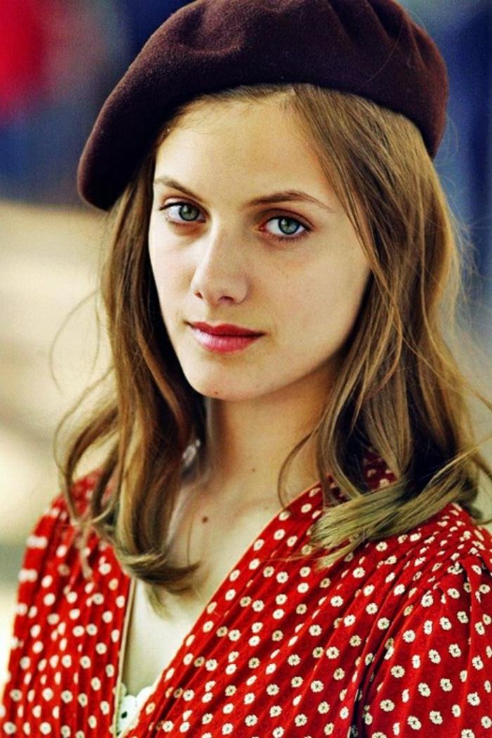 Melanie-Laurent-Inglorious-Bastards-Film-Foto-rotes-Kleid-weinrotes-Barett-französisches-Mädchen