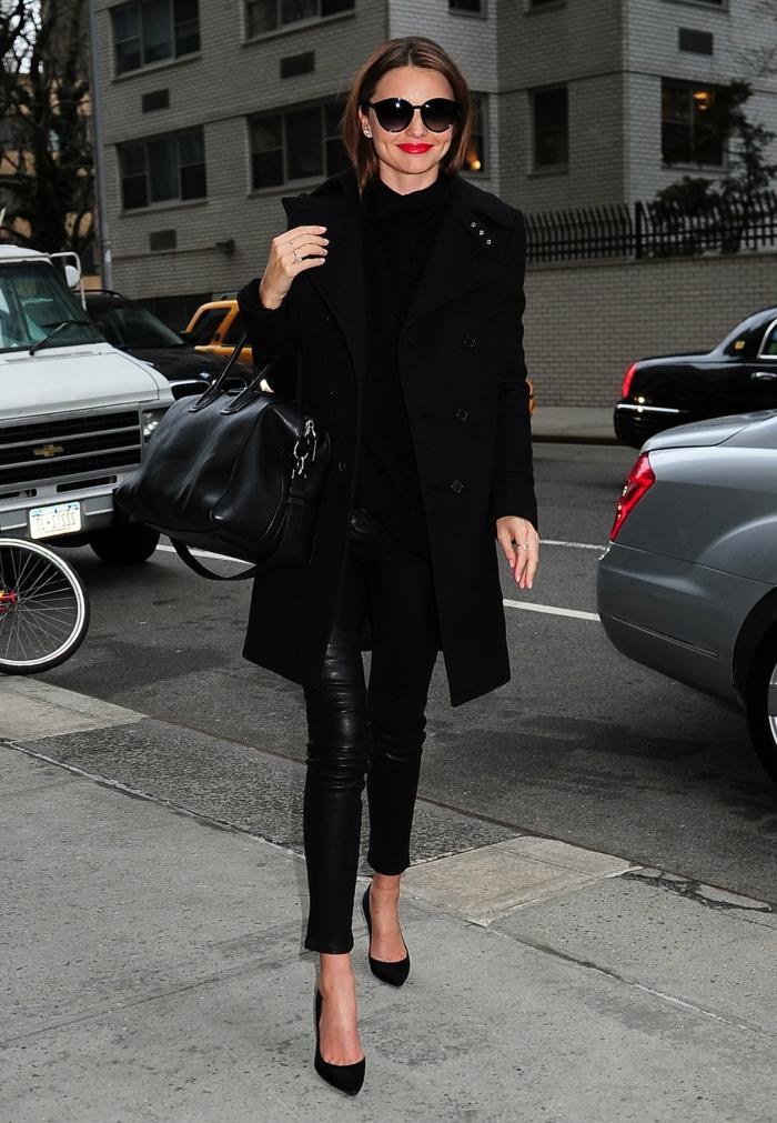 Miranda-Kerr-schwarzer-Mantel-Lederhosen-Schuhe-Absatz-Tasche-Sonnenbrille-elegant