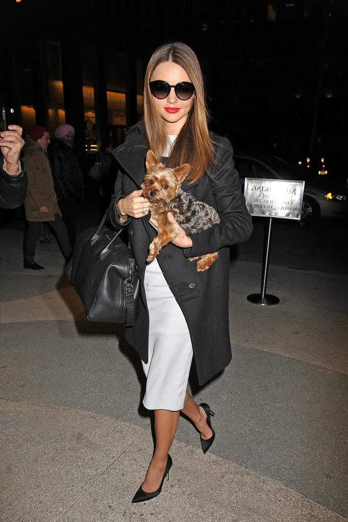 Miranda-Kerr-schwarzer-Mantel-elegantes-Modell-weißes-Kleid-Tasche-Schuhe-Absatz-Sonnenbrille-Hund