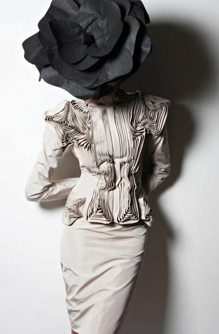 Mode-avantgard-extravagante-Komposition-Modell-Designer-Kleidung-beige-schwarze-Papierrose-Kopf-Origami
