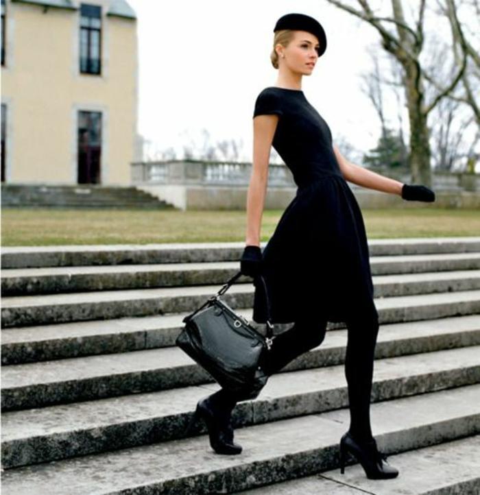 Modell-schwarzer-Outfit-schick-stilvoll-Handschuhe-Barett-Mütze-französischer-Hut