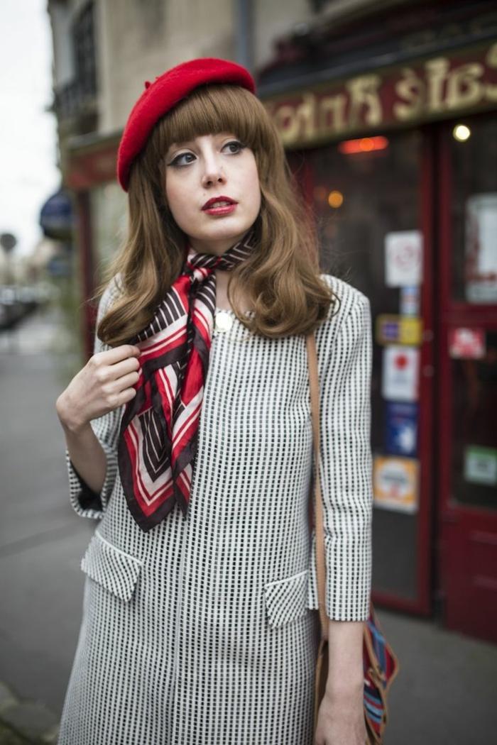 Pariser-Straßenmode-Mantel-Halstuch-Seide-rote-mütze-französischer-Stil