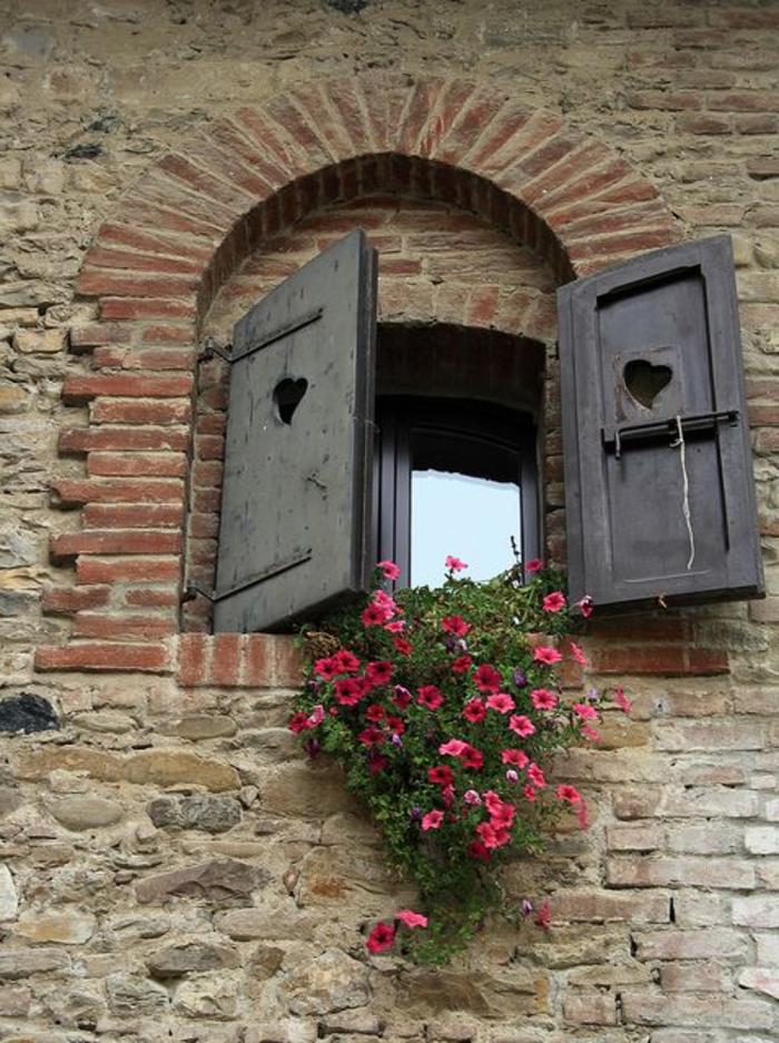 Piacenza-Italien-aristokratisches-Haus-Steinwände-romantisches-Fenster-Blumen-Fensterladen-Holz